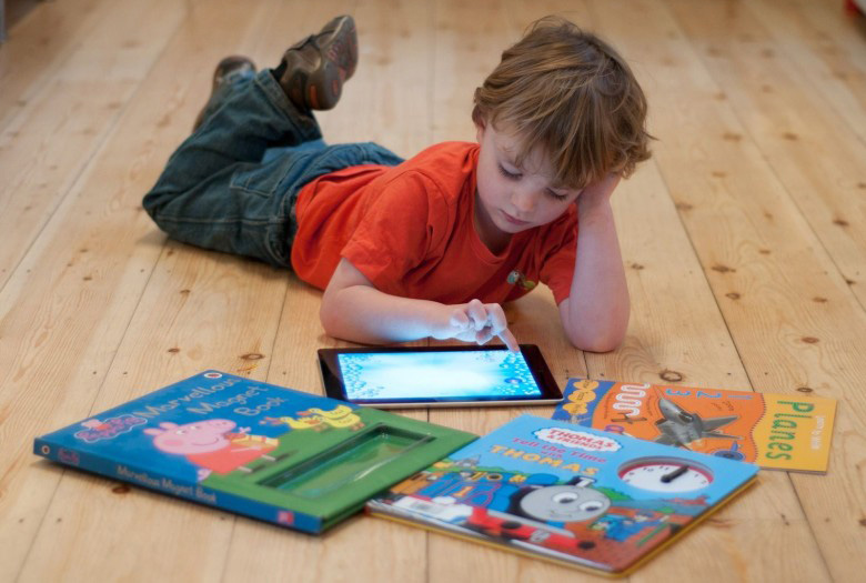 Trẻ chậm nói tăng động do tiếp xúc nhiều với thiết bị điện tử